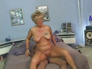 older chick with tats bonks a dark cock