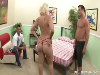 lascivious wife gives a stranger a nice oral sex