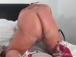 Mature bbw working peachy pussy